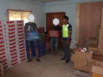 Minuman keras yang lari cukai dirampas PPM di sebuah rumah tidak bernombor di tepi Jalan Sikuati, Kudat Sabah.