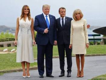 Presiden Perancis Emmanuel Macron (dua, kanan) dan isteri, Brigitte (kanan) bergambar bersama Presiden AS, Donald Trump (dua,kiri) dan isteri, Melania Trump di Biarritz, Perancis sempena Sidang G7. - Foto AFP