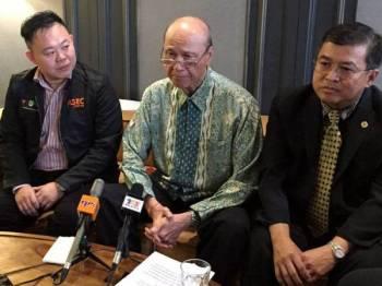 Pengerusi Institut Keselamatan dan Kesihatan Pekerjaan Negara (NIOSH) Tan Sri Lee Lam Thye (tengah) mengadakan sidang media selepas melancarkan Bengkel Keselamatan dan Bantuan Kecemasan anjuran Akademi Keselamatan dan Penjagaan Kecemasan (ASEC) hari ini.  - Foto BERNAMA