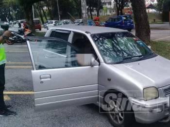 Seorang lelaki ditemui meninggal dunia di dalam kereta. - Foto: BOMBA