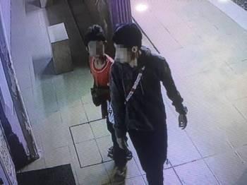 Remaja lelaki 14 tahun bersama rakannya dirakam kamera litar tertutup pada hari kejadian tabung masjid hilang.  FOTO POLIS