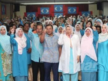 Amirudin (tengah) bergambar beramai-ramai bersama Wanita PKR Selangor ketika hadir Mesyuarat Wanita Cabang Selangor di Hotel Carlton, hari ini.