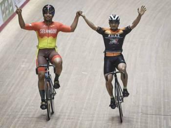 Atlet berbasikal trek Terengganu Mohd Azizulhasni Awang (kanan) meraikan kemenangan bersama atlet berbasikal trek Selangor Muhammad Fadhil Mohd Zonis dalam acara pecut lelaki elit sempena Kejohanan Trek Kebangsaan 2019 di Velodrom Nasional Malaysia hari ini. - Foto BERNAMA