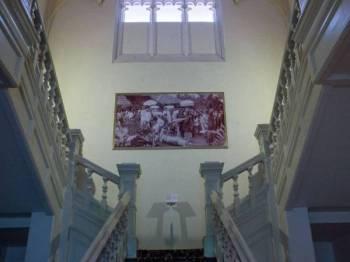 Pelbagai kisah mistik menyelubungi bangunan Carcosa yang berusia lebih 100 tahun termasuk kisah Lady in White.