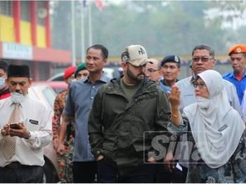 Tunku Ismail ketika membuat lawatan ke SMK Tanjung Adang, Gelang Patah hari ini.