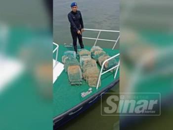 Antara pukat bubu naga yang dirampas PPM Pelabuhan Klang dalam operasi di perairan Sungai Besar semalam.