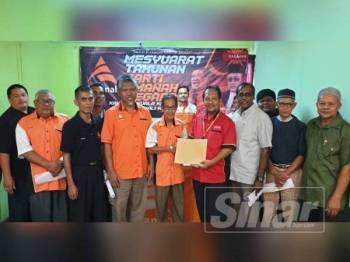 Jalani (empat dari kanan) bersama Ketua Amanah Kuala Krau, Abdullah Yaacob (lima dari kanan).