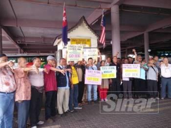Ahli-ahli PDMK yang membantah pelaksanaan Gojek di Hentian Teksi Kluang di sini hari ini.