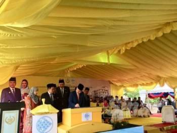 Sultan Nazrin berkenan menandatangani plak sebagai simbolik perasmian Pejabat LKIM Perak di sini hari ini.