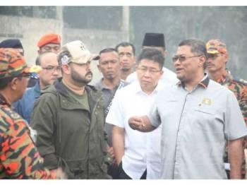 Dzulkefly (kanan) mengiringi Tunku Ismail melawat pusat operasi pemadaman api di Kampung Pekajang Gelang Patah hari ini.