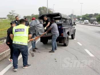 Mayat wanita yang disumbatkan dalam sebuah beg ditemui di dalam longkang di Persiaran Kuala Selangor, Seksyen 27, Shah Alam pagi tadi.