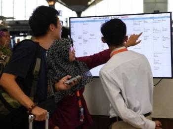 Para penumpang boleh mendapatkan informasi penerbangan mereka melalui kaunter informasi Lapangan Terbang Kuala Lumpur (KLIA) berikutan Sistem Paparan Maklumat Penerbangan (FIDS) yang memaparkan maklumat terkini penerbangan mengalami gangguan dan telah menyebabkan ianya ditutup sementara ketika tinjauan di Lapangan Terbang Antarabangsa Kuala Lumpur (KLIA) setakat 12 tengah hari tadi. -Foto Bernama