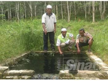 Mohd Sidek (kanan), Ahmad Fakhrurazi Ahmad yang mewakili ADUN Bayu (tengah) dan seorang lagi penduduk menunjukkan kolam air panas tersebut.