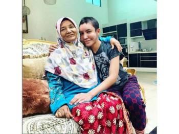 Safiey Ilias bersama ibunya.
