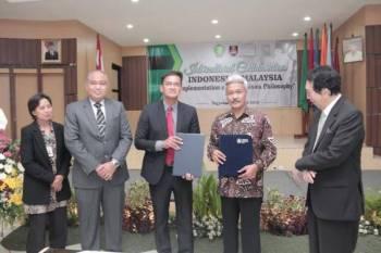 Shaiful Annuar Khalid (tengah) ketika mengadakan kunjungan ke Indonesia bagi menjalinkan kerjasama dengan dua buah universiti baru-baru ini.