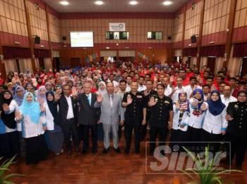Warga Pahang Skills berikrar bebas rasuah pada Pengukuhan Integriti dan bacaan Ikrar Bebas Rasuah (IBR) Pahang Skills 2019 di Dewan Utama Pahang Skills, di sini hari ini.