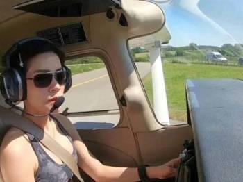 Sineenat beraksi sebagai juruterbang jet pejuang.