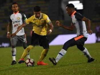 Aksi Shahrel Fikri (tengah) ketika berdepan pasukan lamanya, PKNP FC musim ini. Foto: Perak FA