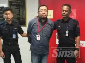 Tertuduh, Mohd Fariza didenda RM19,000 oleh Mahkamah Majistret Kuala Terengganu hari ini selepas mengaku salah menipu gelaran Dato Paduka dan menawarkan projek naik taraf jalan tak wujud, tiga tahun lalu.