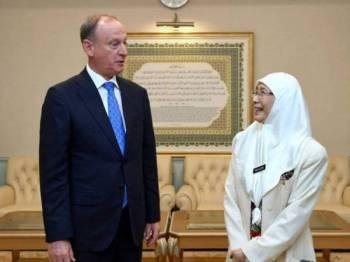 Dr Wan Azizah menerima kunjungan hormat Setiausaha Majlis Keselamatan Negara Rusia Nikolai Patrushev di pejabatnya, di Putra Perdana, hari ini. - Foto: Bernama