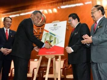 Dr Dzulkefly (dua dari kiri) merasmikan Pelan Strategi Kebangsaan untuk Hepatitis B dan C 2019-2023 pada perhimpunan bulanan Kementerian Kesihatan di Putrajaya. -Foto Bernama