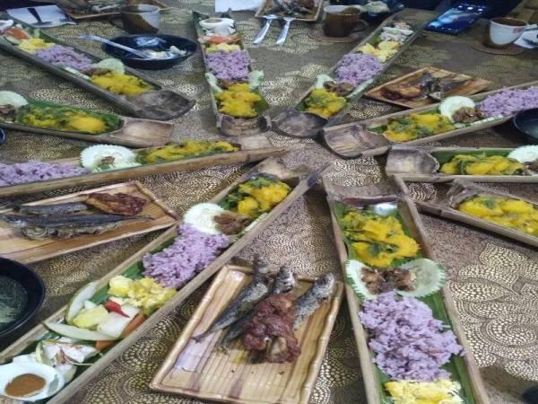 MAKANAN tradisional masyarakat Kadazan Dusun yang dihidangkan dalam buluh.