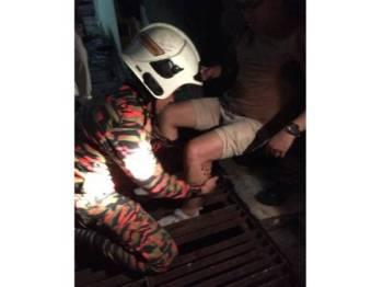 Pasukan bomba dan penyelamat terpaksa dihubungi bagi mengeluarkan kaki mangsa yang tersepit jeriji besi longkang di USJ11/3 malam tadi.