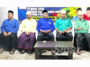 Reezal Merican (tengah) dan Idris (dua dari kanan) bersama kepimpinan UMNO dan Pas Sabak Bernam pada Majlis Ceramah Penyatuan Ummah 'Piagam UMNO Pas Penentu Masa Depan Ummah di Malaysia' di Dataran Tan Sri Zainal Dahlan di sini malam tadi.