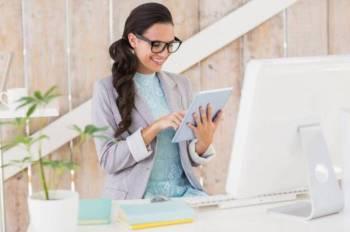 PEMAKANAN sihat dan senaman ringan membantu wanita kekal aktif dan bertenaga di pejabat.