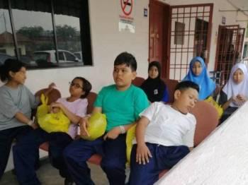 Keadaan murid di SK Taman Pasir Putih mendapatkan rawatan di klinik pagi tadi. - Foto Rafee
