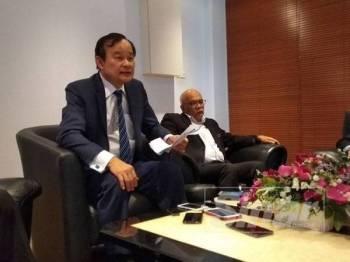 Koo Ham (kiri) bersama Shamsun Baharin (kanan) ketika sidang media di sebuah hotel di sini hari ini.