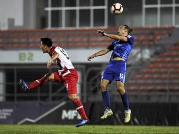 Pemain UKM Fc Mateo Roskam (kanan) bersaing dengan pemain Kuala Lumpur Noh Haeng Seok pada perlawanan Challenge Cup 2019 di Stadium Kuala Lumpur malam ini.- Foto BERNAMA