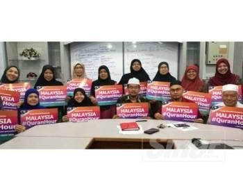 Noor Mazlina (empat dari kanan) bersama jawatankuasa penganjuran Malaysia #QuranHour hari ini.