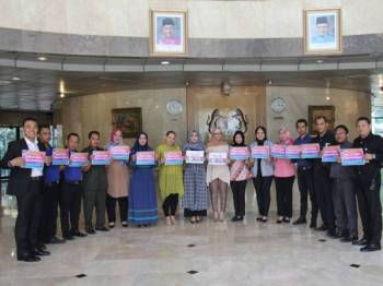Mohd Mubarak (paling kiri) bersama kakitangan Kedutaan Besar Malaysia di Jakarta memegang plakad Malaysia #QuranHour.