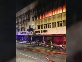 Tingkat dua dan tiga bangunan Coffee Town terbakar awal pagi tadi.