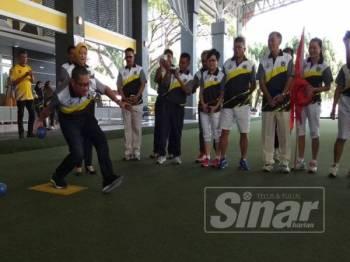 Ahmad Faizal turut membuat balingan sebagai gimik perasmian kejohanan tersebut di Arena Lawn Bowls Perak di sini hari ini.