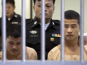 Win Zaw Tun (kanan) dan rakannya Zaw Lin dibawa bagi menghadiri perbicaraan di mahkamah di Koh Samui pada Disember 2015.