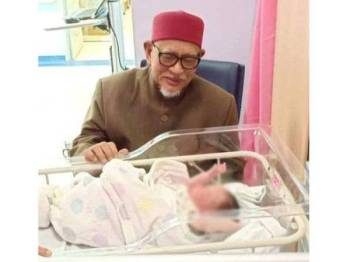 Abdul Hadi bersama cucu baharunya yang dikongsi dalam Facebook rasmi beliau petang tadi.