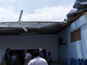 Bumbung sebuah rumah yang tercabut akibat ribut petang tadi.