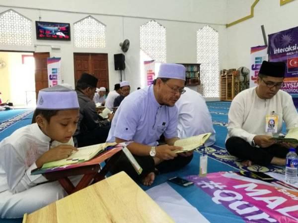 Pelajar SK Bandar Seri Alam 1, Mohd Irfan Nafis Misni, 11 bersama keluarganya turut hadir menyertai Malaysia Quran Hour negeri Johor, hari ini.