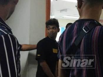 Zyn Nakal, 20, atau nama sebenarnya, Mohd Raziq Rosli ketika hadir di pekarangan mahkamah. -Foto Sinar Harian