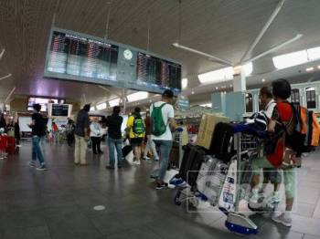 Keadaan semasa di Lapangan Terbang Antarabangsa Kuala Lumpur (KLIA2) sedikit sesak susulan gangguan sistem yang dialami. - FOTO ZAHID IZZANI