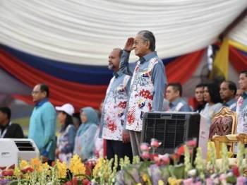 Perdana Menteri Tun Dr Mahathir Mohamad (kanan) menerima tabik hormat sebaik menghadiri acara perbarisan dan perarakan Hari Kebangsaan 2019 yang bertemakan Sayangi Malaysiaku: Malaysia Bersih di Dataran Putrajaya hari ini. - Foto Bernama