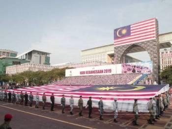 Anggota kontinjen Pembawa Bendera  Jalur Gemilang berarak pada sambutan Hari Kebangsaan 2019 di Dataran Putrajaya. - FOTO ZAHID IZZANI