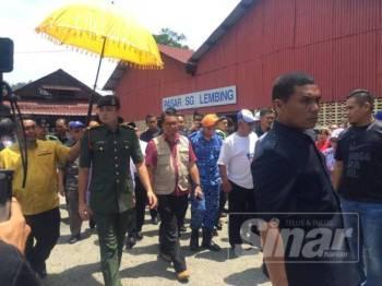 Tengku Hassanal tiba di pekan Sungai Lembing untuk meninjau lokasi kebakaran dan menziarah mangsa yang terlibat.
