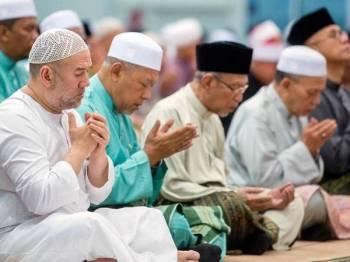 Sultan Muhammad V (kiri) mengaminkan doa awal tahun 1441 Hijriah yang dibacakan oleh Mufti Kelantan Datuk Mohamad Shukri Mohamad sempena Majlis Bacaan Doa Sempena Akhir Tahun 1440 Hijriah dan Awal Tahun 1441 Hijriah. -Foto BERNAMA