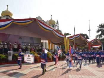 Kakitangan Majlis Perbandaran Jasin (MPJ) turut menyertai acara perarakan dan perbarisan itu.