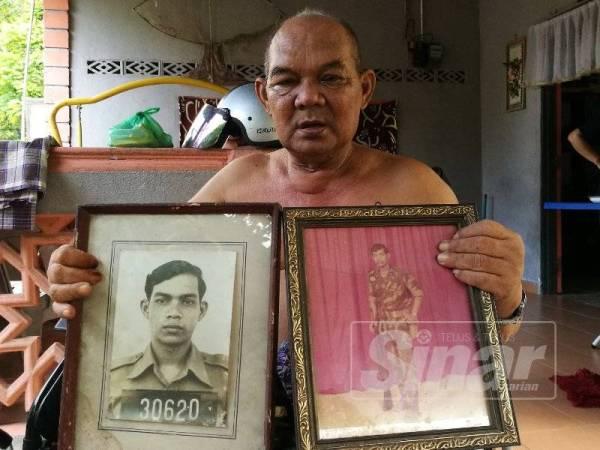 Abdul Kadir menunjukkan gambarnya dalam askar sewaktu muda.