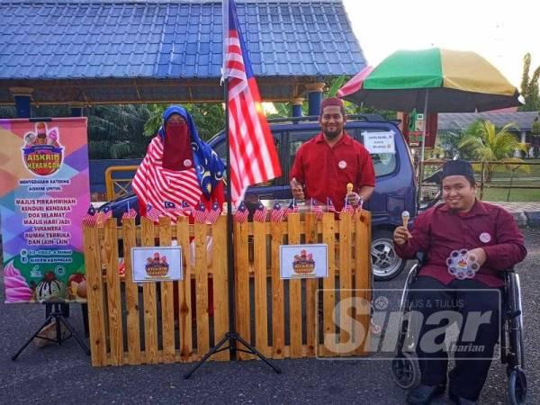 Abdul Rahman mengagihkan aiskrim percuma kepada pengunjung sebagai usaha menyemarakkan sambutan kemerdekaan.