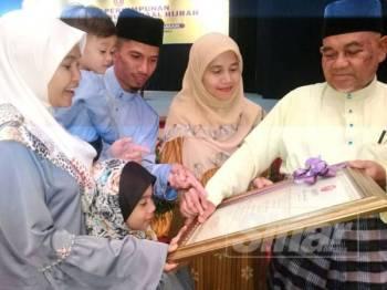 Abdullah berkongsi detik kegembiraan menerima Anugerah Tokoh Maal Hijrah kepada ahli keluarga dalam Majlis Perhimpunan sempena Sambutan Maal Hijrah 1441 Peringkat Kedah hari ini.